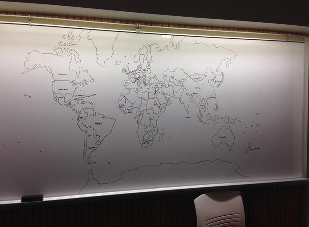 Lousa mostra mapa-múndi (Foto: Reddit/Bobitis)