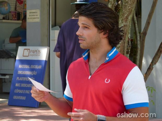 Edgard recebe a filipeta e parece que vai armar alguma coisa (Foto: Malhação / TV Globo)