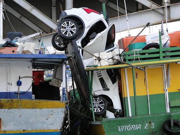 Carro ficou preso entre doi barcos, em Guarapari (Foto: Carlos Roberto de Carvalho/ VC no ESTV)