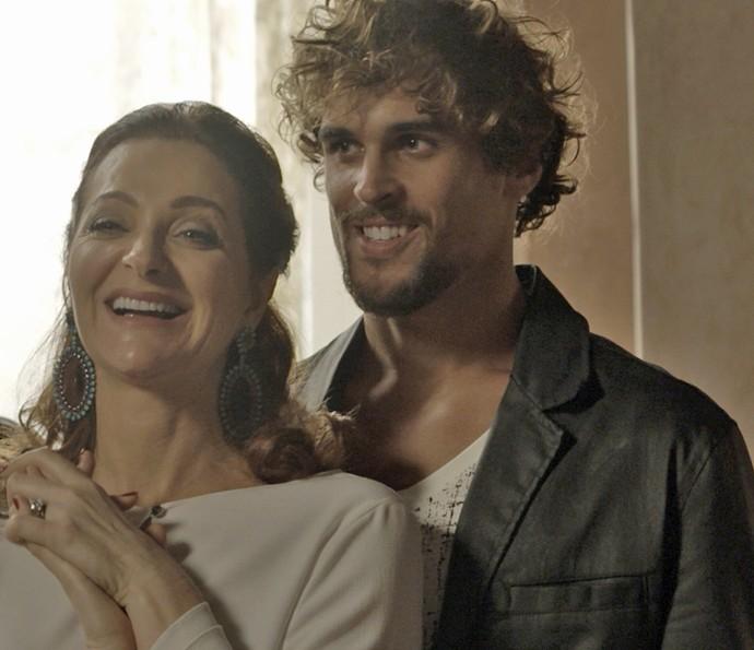 Dalila pede perdão ao pai (Foto: TV Globo)