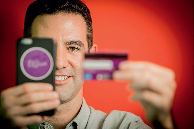 David Vélez, com o celular e o cartão da Nubank, sua startup. Ele utiliza big data para combater fraudes e um SAC que funciona pelo WhatsApp (Foto: Anna Carolina Negri)