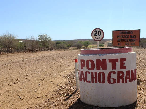 Em local das obras, não há trabalhadores sinalizando a paralisação dos trabalhos (Foto: Patrícia Andrade/G1)