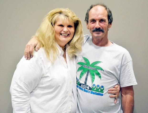 O 'sortudo' Robert ao lado da esposa, Donna Hamilton (Foto: Divulgação/Hoosier Lottery)