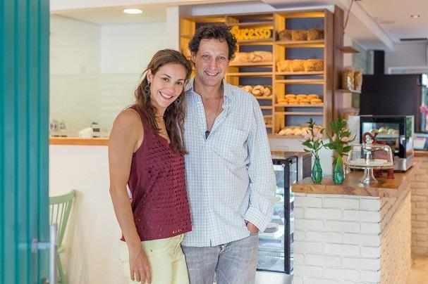 Juntos há 6 anos, o casal Érika Schuster, 36, e Luiz Ferretti, 52, são donos da padoca Grão Fino, em SP, desde abril de 2016 (Foto: Divulgação)