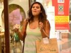 Giulia Costa faz lanchinho no shopping e ri ao ser flagrada