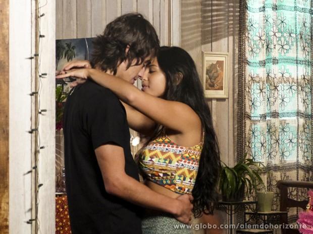Do outro lado da sala, o clima é bem mais romântico! Ana Fátima e Rafa dançam juntinhos. Será que vai rolar? (Foto: Além do Horizonte/TV Globo)