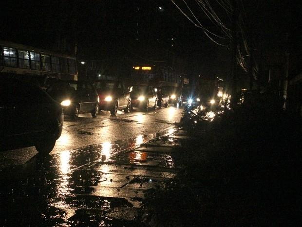 Manaus 400 pontos sem energia após chuva (Foto: Mônica Dias/G1 AM)