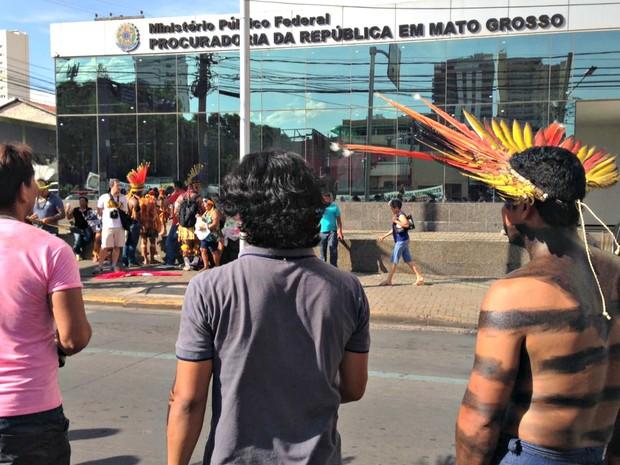 Índios seguiram até o Ministério Público Federal, onde protocolaram um documento (Foto: Desirêe Galvão/ G1)