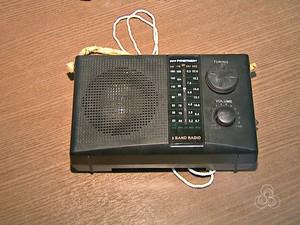 Droga estava dentro do rádio e foi achada por agentes (Foto: Reprodução/Rede Amazônica Acre)