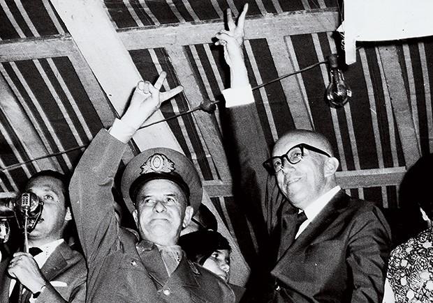 MILITAR E CIVIL O general Olímpio Mourão Filho  e o governador Magalhães Pinto festejam o sucesso do golpe (Foto: Arquivo O Cruzeiro/EM/D.A Press)