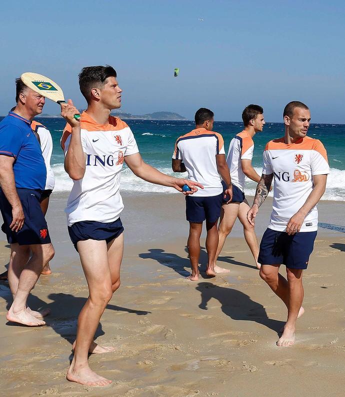 jogadores da Holanda na praia (Foto: Pablo Jacob / Agência O Globo)