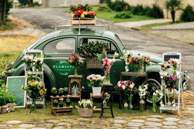 Fusca verde com arranjos de flores da Florista Viajante (Foto: Divulgação)
