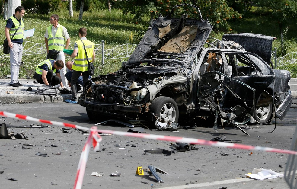 Equipe de peritos investiga cena da explosão de um carro que causou a morte de um oficial de alta patente da inteligência militar da Ucrânia, Maxim Shapoval, em Kiev (Foto: Valentyn Ogirenko/Reuters)