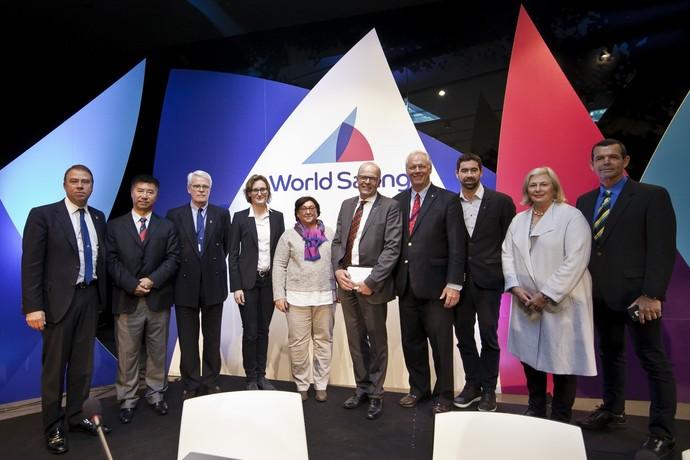 Torben Grael com os novos membros da World Sailing, a Federação Internacional de Vela (Foto: Laura Carrau/ World Sailing/ Divulgação)