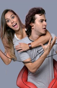 Namorados na vida real, eles interpretam um casal que sempre briga (Foto: Ernani Pinho)