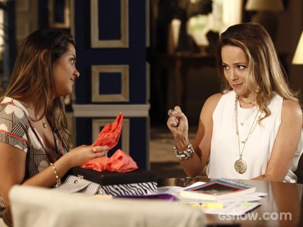 Shirley  não economiza nos conselhos e dá lingerie provocante para a filha (Foto: Inácio Moraes/TV Globo)