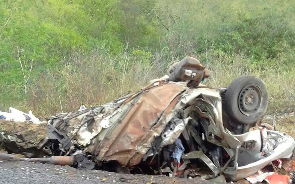 Carro da vítima ficou irreconhecível após o acidente (Foto: Itiruçu online)