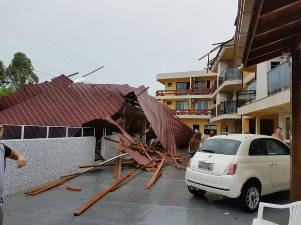 Nos Ingleses, telhado de pousada foi arrancado durante temporal neste domingo (12) (Foto: Polícia Militar/Divulgação)