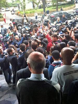 Jornalistas reunidos para ouvir manifestantes na saída da secretaria (Foto: Tatiana Santiago/G1)