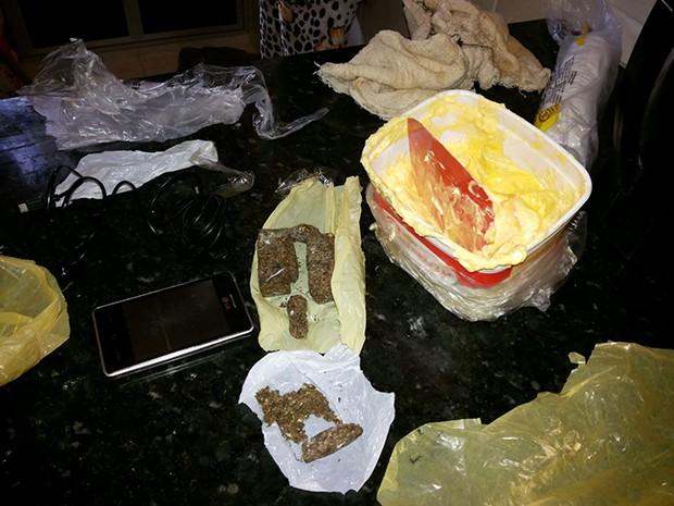 Maconha e celular estavam dentro de um pote de manteiga (Foto: Márcio Moraes)