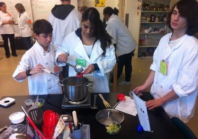 """Dois meses ao ano, os alunos das escolas Summit podem fazer """"estágios"""" em áreas de seu interesse, como gastronomia, que ajudam a desenvolver habilidades importantes para o seu futuro acadêmico e profissional (Foto: Reprodução/Facebook)"""