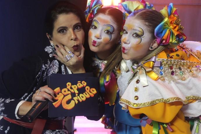 Shana com crianças na Fenadoce em Pelotas Galpão Crioulo (Foto: Gabriela Haas/RBS TV)