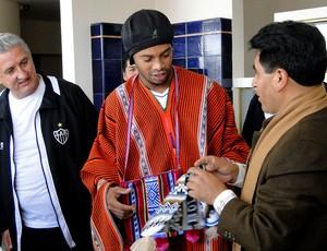 Ronaldinho Gaúcho ganha presentes do governador de La Paz (Foto: Leonardo Simonini)