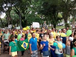 Protesto segue em caminhada em Santa Cruz do Sul, no Vale do Rio Pardo, RS (Foto: Nádia Strate/RBS TV)