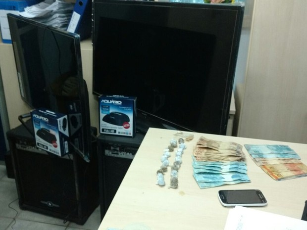 Televisores e drogas estavam em posse dos suspeitos (Foto: Polícia Civil/ divulgação)