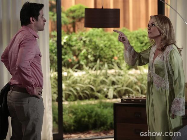 Pamela e Jonas discutem feio e magnata se exalta (Foto: Felipe Monteiro/TV Globo)