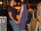 Em clima de romance, Claudia Raia janta com o namorado no Rio