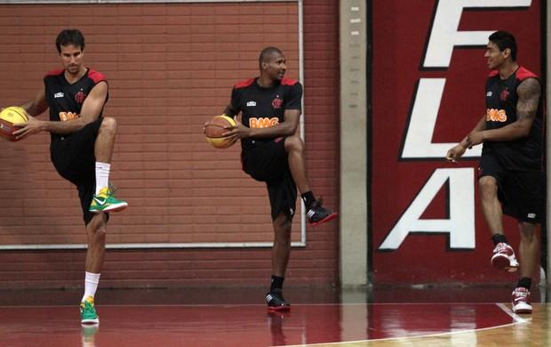 Entre Marcelinho e Shilton, Leandrinho treina no Flamengo (Foto: Divulgação / Flamengo)