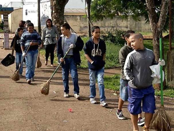 Estudantes da EE Presidente Juscelino Kubistchek fazem mutirão de limpeza na praça em frente à escola (Foto: Globo)