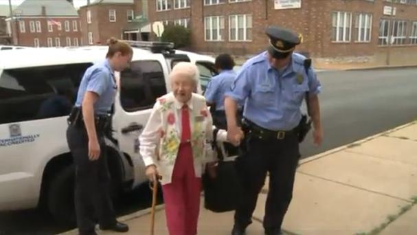 Senhora de 102 foi algemada e colocada no banco de trás de uma viatura policial (Foto: Reprodução/Youtube)