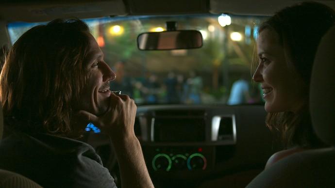 Júlia e Gui conversam no carro antes de se despedirem (Foto: TV Globo)