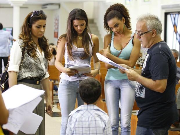 Atrizem passam o texto antes de gravar  (Foto: Salve Jorge/TV Globo)