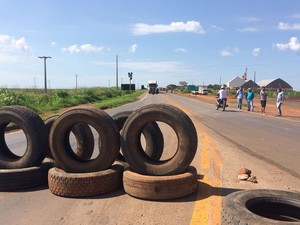 Caminhoneiros de MT protestam e bloqueiam BR-364 e BR-163