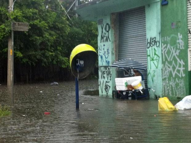 Enchente na Rua Maria Domitila, na região central de SP (Foto: Tatiana Santiago/G1)
