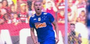 """Nilton comemora """"gol"""" do Cruzeiro contra o Flamengo (Foto: Reprodução SporTV)"""