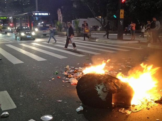 Orelhão queima na Avenida Paulista, bloqueando a via no sentido Consolação nesta quinta-feira (6). Manifestantes e PM entraram em cofronto em protesto contra o aumento da tarifa do transporte coletivo na capital paulista. (Foto: Guilherme Tosetto/G1)