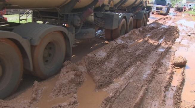 Buracos e lama estão por todos os lados da estrada (Foto: Amazônia TV)