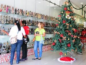 No período natalino, a grande procura dos clientes é por ítens de vestuário e sapatos (Foto: Emerson Rocha / GloboEsporte.com)