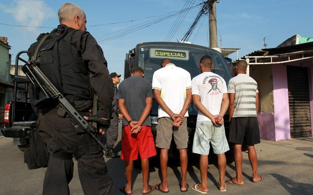 detidos_suspeitos_chatuba_rio_620 (Foto: Gabriel de Paiva / Ag. O Globo)
