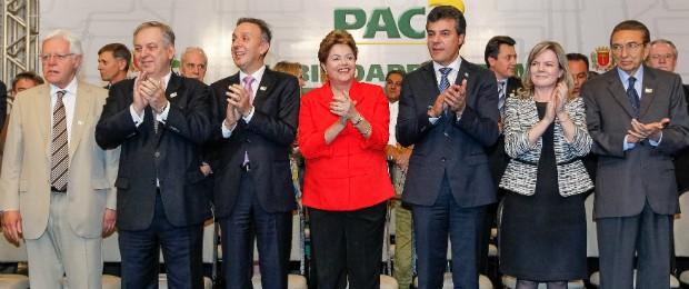 Ao lado de ministros e do Governador do Paraná Beto Richa, Dilma faz anúncios para a cidade de Curitiba (Foto: Roberto Stuckert Filho/PR/Divulgação)