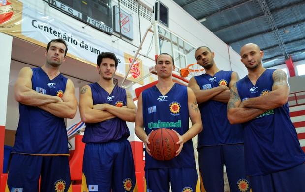 Quinteto titular do São José Basquete. Da esquerda para direita: Murilo Becker, Dedé, Fúlvio, Jefferson e Laws (Foto: Danilo Sardinha/Globoesporte.com)