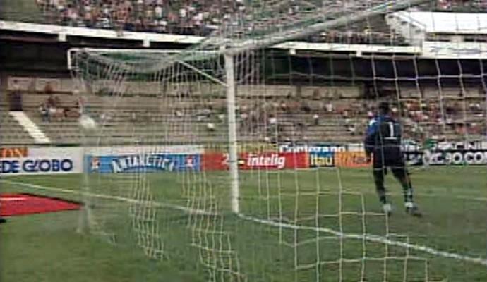 Fumagalli marca pelo Guarani contra o Botafogo, em 2000 (Foto: Reprodução / EPTV)