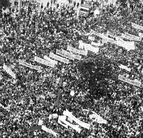 Foto (Foto: Marcha da Família com Deus pela Liberdade no Centro do Rio de Janeiro/Arquivo/Agência O GLOBO/2-4-1964)