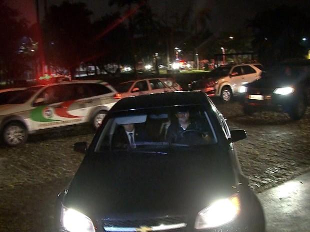 Michel Temer chegou escoltado na casa da família de Luiz Henrique (Foto: Reprodução/RBS TV)