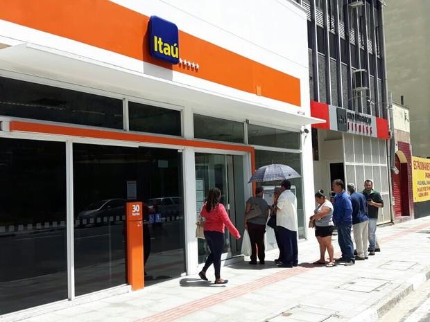 Fila em frente à agência bancária aberta no Centro de Campinas (Foto: Murillo Gomes/G1)