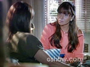 Clara revela que tem interesse por Marina (Foto: Em Família/ TV Globo)